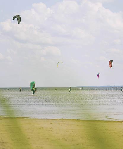Kitesurferzy na Zatoce Puckiej podczas słonecznego dnia