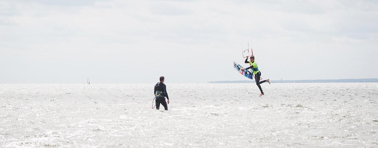 Kitesurfer wykonuje ewolucje w trakcie kursu kitesurfingu