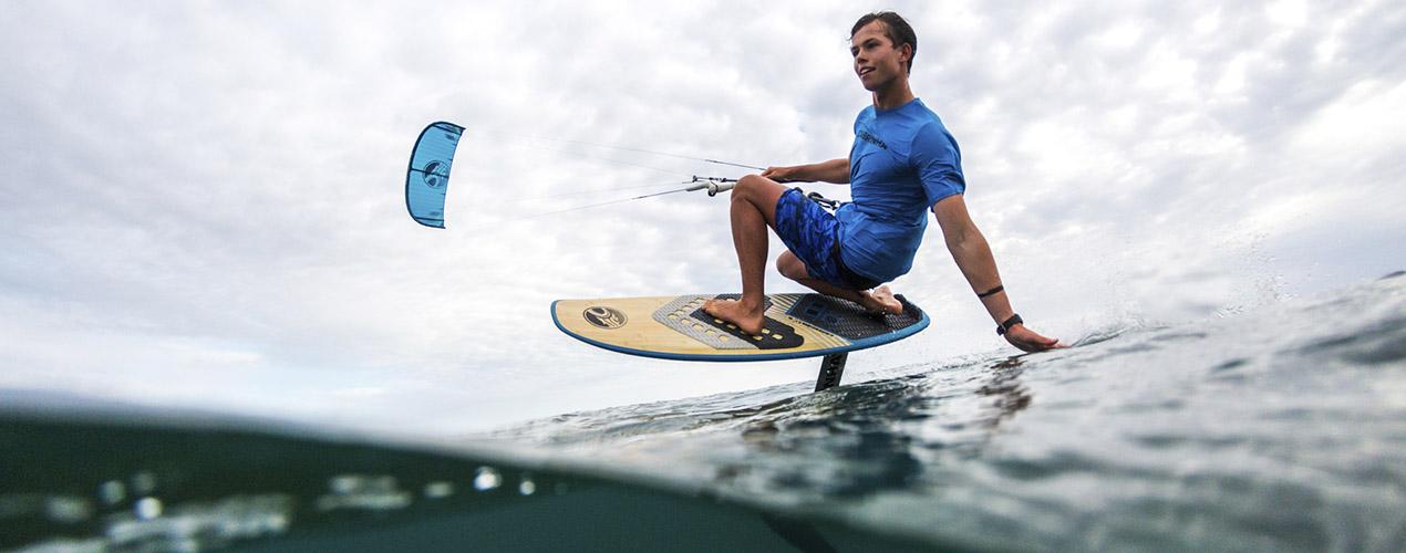 Młody chłopak płynie na hydrofoilu