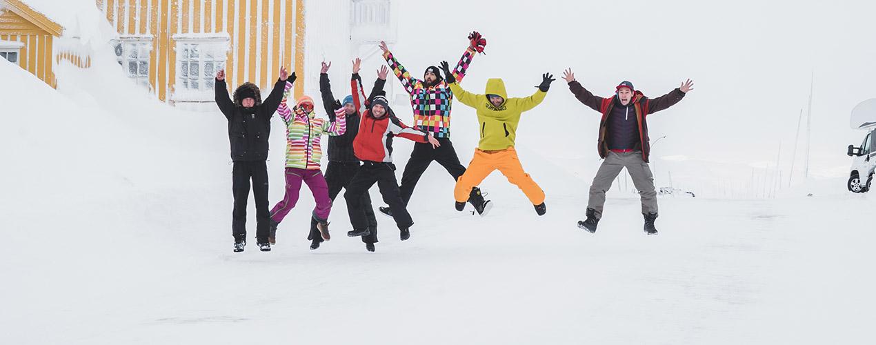 Kursanci skaczą podczas zdjęcia grupowego w Kite Zone Norway