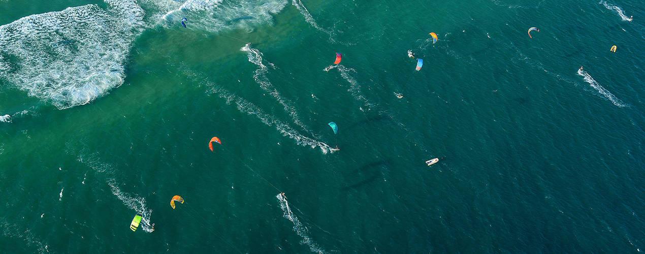 Kitesurferzy widziani z lotu ptaka