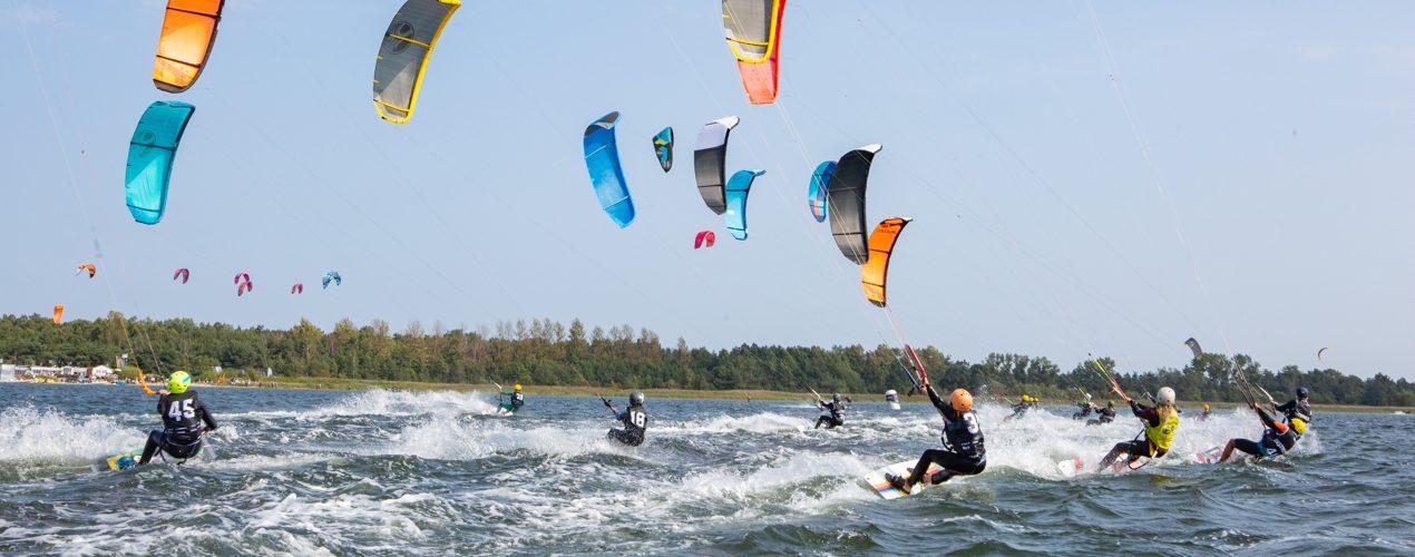 Flota kitesurferów podczas wyścigu