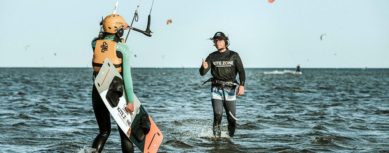 Instruktor Kitesurfingu pokazuje kciuk w górę podczas kursu kitesurfingu