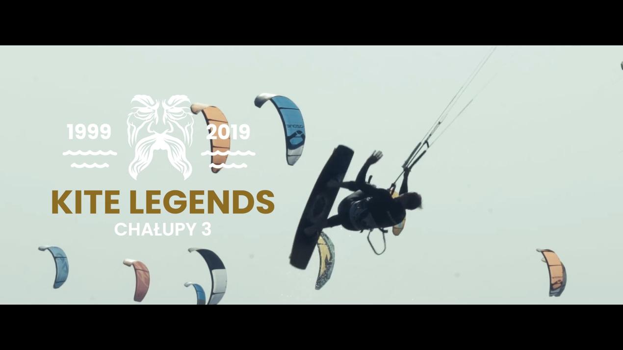 Kitesurfer wykonuje skok. Po lewej znajduje się logo zawodów Kite Legends