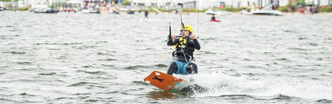 Kitesurfer płynie w prawo podczas kursu kitesurfingu